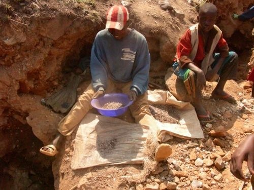 Congolese children mining for colton