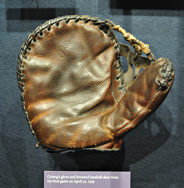 tcn-collectorsuniverse-gehrig-glove